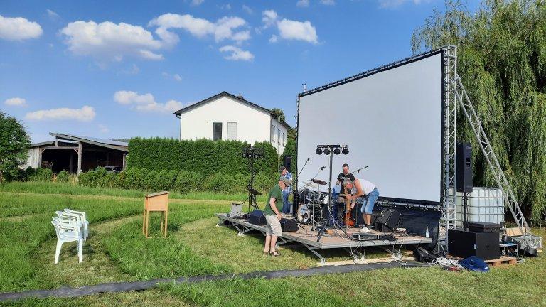 Filmvorführung Bühnenaufbau